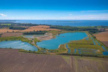 Smuk beliggende fiske park der samtidigt er Danmarks største. Optaget sommer 2016 af dronefyn.