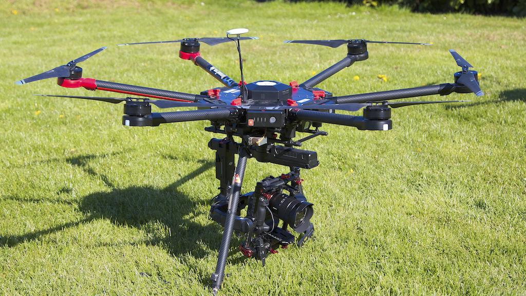 Billede af vores DJI Matrice Pro 600 med kamera